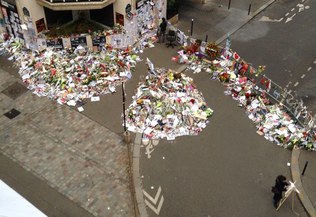 Mémorial improvisé dès les premières heures devant les locaux de Charlie Hebdo.